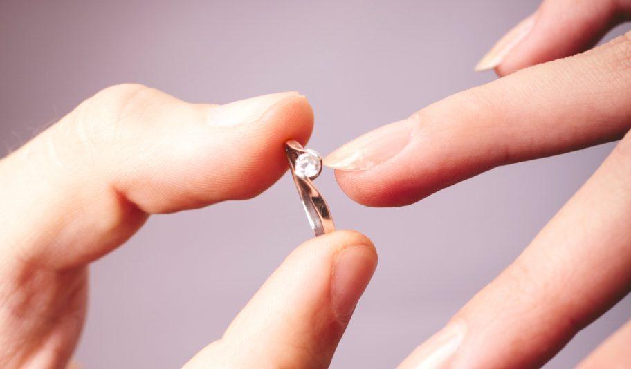 お役立ちトピックス『安くてもデザインにこだわりたい!大学生が贈る婚約指輪の相場とは』を公開しました!