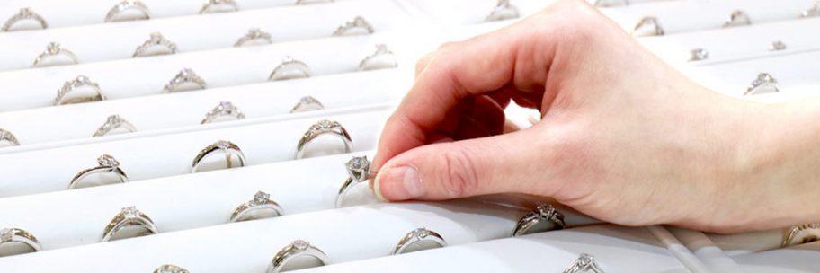 お役立ちトピックス『費用を抑えて安い婚約指輪を購入する3つの方法!人気のデザインは?』のページを公開しました!