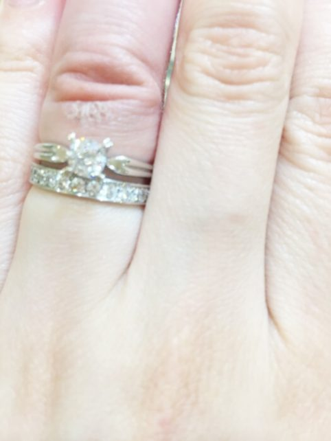 スエヒロさんの婚約指輪はシンプルなデザインなのですが、リングや爪がオリジナルのデザインが豊富で、とても気に入りました