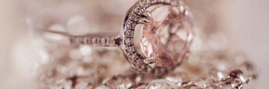お役立ちトピックス『人気の婚約指輪はなに?デザインからカラット数まで後悔しない選び方』のページを公開しました!