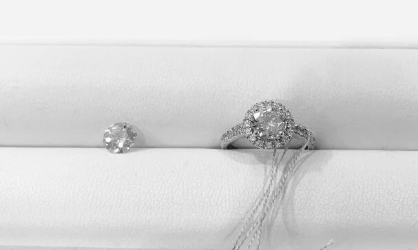 またダイヤモンドもたくさんの種類がありデザインも豊富でネットで見るよりも楽しくて選べました!